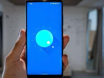 Hand, die ein neues Android-Smartphone hält