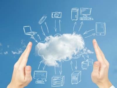 Zwischen zwei Händen wird eine Wolke auf blauem Hintergrund betrachtet, von welcher skizzierte elektrische Endgeräte mit austauschenden Pfeilen verbunden sind.