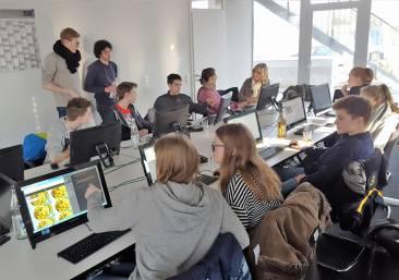 Jugendliche die an PC`s arbeiten