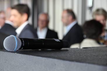 Ein Mikrofon liegt auf einem Tisch