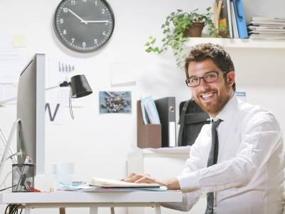 Ein Mann im homeoffice lächelt zur Kamera
