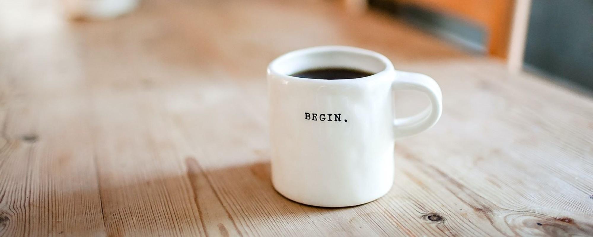 Tisch mit Kaffeetasse, auf der