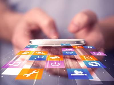 Hand, die ein Smartphone hält - grafisch fliegen Apps heraus