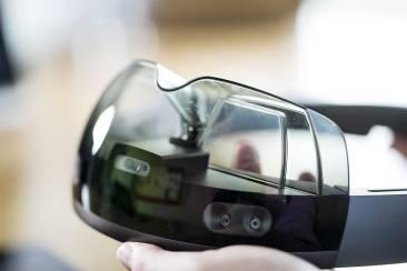 Eine Hand hält eine Smartbrille hoch welche mehrere Kameras eingebaut hat.